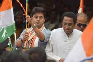 विधायक द्वारा कमलनाथ के जूते उठाने पर भाजपा का सवाल काँग्रेस खामोश क्यों ?