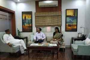 उद्योग मंत्री शुक्ल से मिले भारतीय विदेश सेवा के अधिकारी