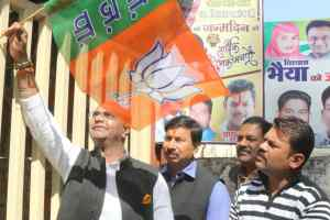 मेरा परिवार भाजपा परिवार अभियान के तहत विधायक सारंग ने लगाया पार्टी का झंडा