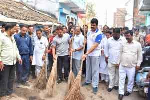 मंत्री श्री राजपूत ने सड़कों पर झाड़ू लगाकर दिया स्वच्छता का सन्देश