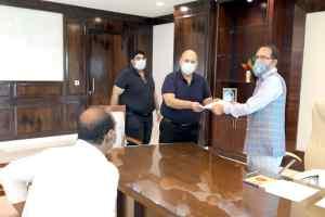 मुख्यमंत्री चौहान को सहायता कोष के लिये चैक भेंट
