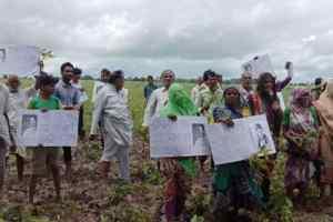 सुशांत की फोटो और बर्बाद फसल लेकर प्रदर्शन